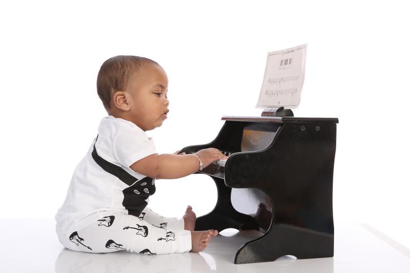 E. speelt piano