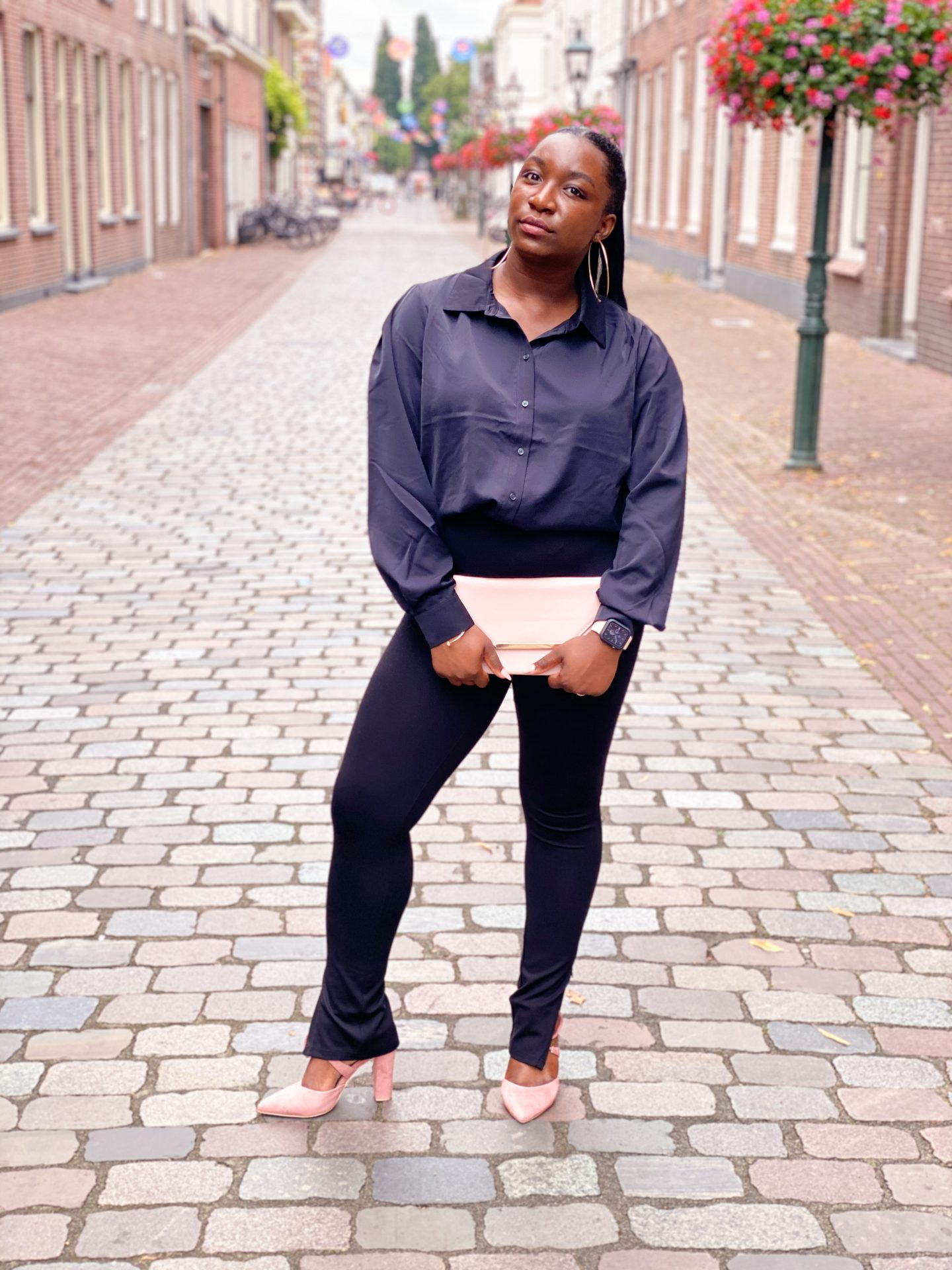 NA-KD outfit: Zwart met een beetje roze